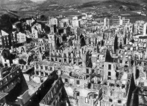 Vista general de Guernica tras el bombardeo